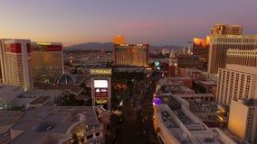 Crepuscolo aereo della striscia di paesaggio urbano di Las Vegas video d archivio