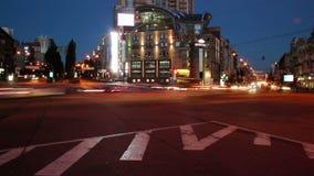 Crepuscolo al timelapse di notte delle automobili sulla strada trasversale del quadrato di città, luci video d archivio