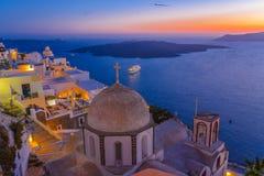 Crepuscolo alla città di Fira, Santorini, Grecia immagini stock libere da diritti