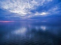 Crepuscolo blu sopra l'oceano Immagini Stock