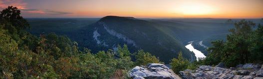 Crepuscolo in cima della montagna - panorama Immagine Stock