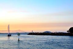 Crepuscolo della barca a vela immagini stock libere da diritti