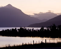 Crepuscolo, montagne ed acqua Fotografie Stock