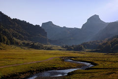 Crepuscolo nelle montagne Immagini Stock