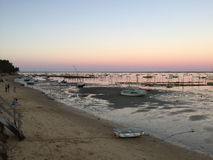 Crepuscolo pacifico sul villaggio di Le Canon Oyster, penisola di Cap Ferret, Bassin d' Arcachon, Gironda, Francia ad ovest del s Fotografie Stock Libere da Diritti