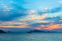 Crepuscolo piacevole sopra il mar Egeo nave Fotografia Stock