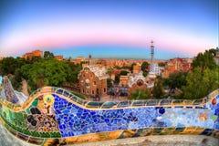 Crepuscolo sopra il parco Guell, Barcellona, Spagna fotografie stock libere da diritti