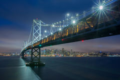 Crepuscolo sopra Oakland-San Francisco Bay Bridge e San Francisco Skyline, California Immagine Stock