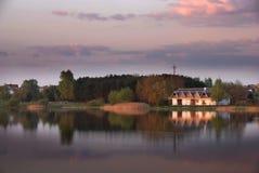 Crepuscolo sopra un lago fotografia stock libera da diritti