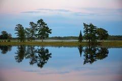 Crepuscolo sopra un lago calmo Immagini Stock Libere da Diritti