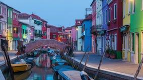 Crepuscolo sul canale a Venezia sull'isola di Burano, Italia video d archivio