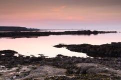Crepuscolo sulla linea costiera di Northumberland Immagine Stock
