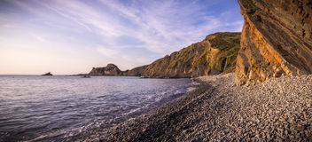 Crepuscolo sulla riva rocciosa Immagine Stock Libera da Diritti