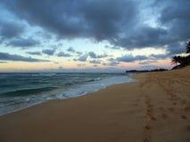 Crepuscolo sulla spiaggia di tramonto con le onde di oceano che si muovono verso la riva Fotografia Stock Libera da Diritti