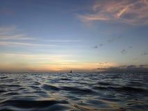 Crepuscolo sulle acque dell'oceano di Waikiki Fotografia Stock