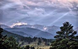 Crepuscular ljus på de steniga bergen Fotografering för Bildbyråer