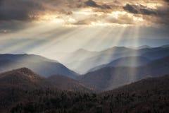 Crepuscular ljusa strålar för Appalachian berg på blåa Ridge Parkway Ridges NC Royaltyfri Fotografi