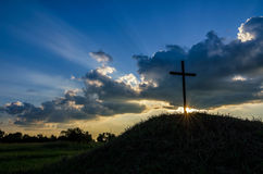 Crepuscular rays, cross, kentucky backroads. The sun sets behind this cross along the backroads of Kentucky. Crepuscular rays radiate upward from behind the Stock Photography