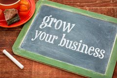 Cresça seu negócio - sinal do quadro-negro imagem de stock