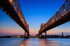 Crescent City Connection Bridge på Mississippiet River Arkivbilder