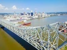 Crescent City Connection bro och i stadens centrum New Orleans Royaltyfria Bilder
