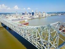 Crescent City Connection bro och i stadens centrum New Orleans Arkivfoto