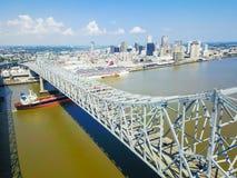 Crescent City Connection bro och i stadens centrum New Orleans Royaltyfri Bild