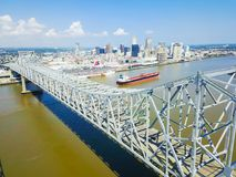 Crescent City Connection bro och i stadens centrum New Orleans Arkivbilder