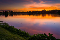 Crescent Lake bij zonsondergang, in Heilige Petersburg, Florida Royalty-vrije Stock Fotografie