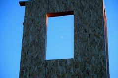 Crescent Moon i ett fönster Arkivfoton