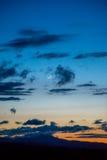 Crescent Moon sopra gli alberi nudi di inverno Fotografia Stock