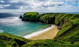 Crescent Shaped Beach Stunningly bonito imagem de stock royalty free