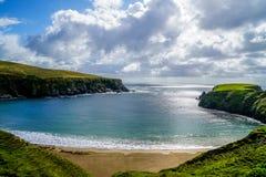 Crescent Shaped Beach Stunningly bonito imagens de stock royalty free