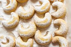 Crescentes tradicionais alemães e austríacos da baunilha das cookies do Natal na bandeja branca pulverizada com açúcar de rodízio imagens de stock royalty free