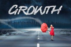 Crescimento contra a estrada que conduz para fora ao horizonte Foto de Stock Royalty Free