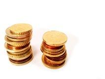 Crescimento de dinheiro cem contas de dólar que crescem na grama verde Foto de Stock