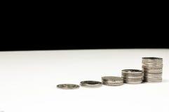Crescimento de dinheiro cem contas de dólar que crescem na grama verde Fotos de Stock