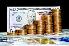 Crescimento de dinheiro cem contas de dólar que crescem na grama verde Fotos de Stock Royalty Free