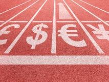 Crescimento do Euro Símbolos de moedas no começo de corrida do traço Fotografia de Stock