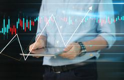Crescita del grafico di piano dell'uomo d'affari ed aumento del grafico ind positivo fotografia stock