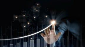Crescita di piano dell'uomo d'affari ed aumento degli indicatori positivi Immagini Stock Libere da Diritti