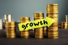 Crescita di ricchezza e pile delle monete fotografie stock