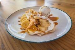 Crespón cocido fresco del plátano del caramelo imagenes de archivo