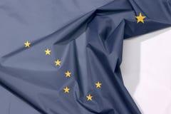 Crespón y pliegue de la bandera de la tela de Alaska con el espacio blanco fotografía de archivo