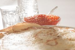 Crespones, caviar rojo y vodka fotos de archivo libres de regalías