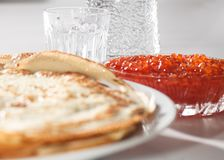 Crespones, caviar rojo y vodka imagenes de archivo