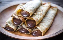 Crespones con crema del chocolate fotos de archivo libres de regalías