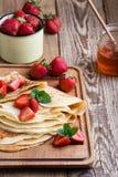Crespones con las fresas frescas y la miel orgánica para el desayuno Fotos de archivo libres de regalías