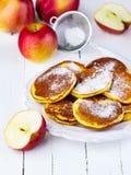 Crespones con las manzanas Fotos de archivo