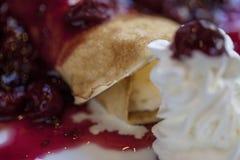 Crespones de cereza amarga, crepes con helado Imágenes de archivo libres de regalías